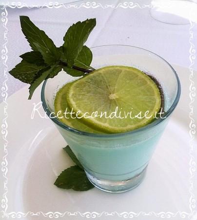 Primo-piano-panna-cotta-al-blue-curacao-e-limone-profumata-alla-menta-di-Matteo-Ghigino-404x450
