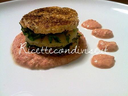 Ricetta Sandwich caldo con rucola e provola affumicata e pepe nero su crema fredda di pomodoro, grana e philadelphia dello chef Matteo Ghigino