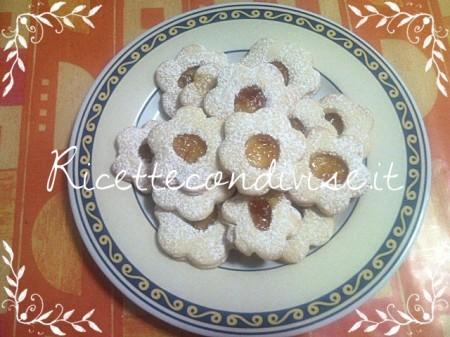 Ricetta biscotti fiorellini con marmellata di Teresa Mastandrea