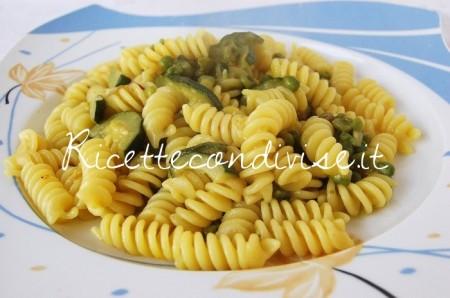 Fusilli-zucchine-piselli-e-zafferano-di-Dany-Ideericette-450x298