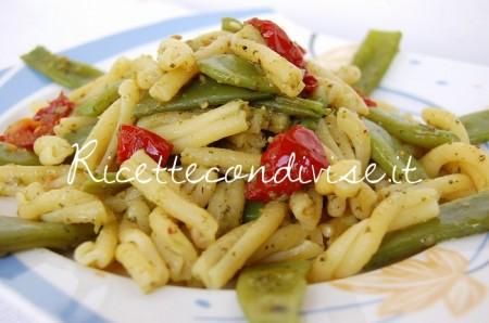 Primo-piano-casarecce-con-taccole-pesto-e-ciliegini-semisecchi-Agromonte-di-Dany-Ideericette-450x298