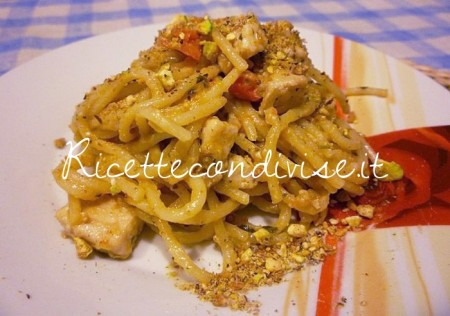 Ricetta Spaghetti con bocconcini di pesce spada, pomodorini e purea di melanzane con granella di pistacchi di Sùsì