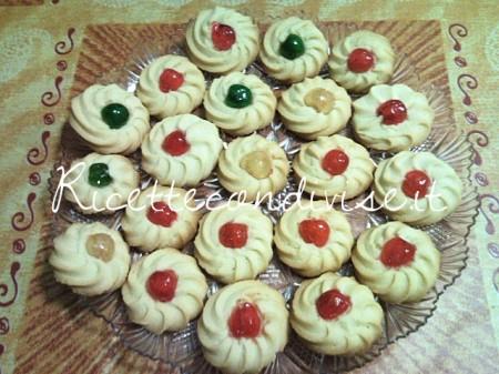 Biscotti-di-pasta-frolla-montata-con-ciliegina-candita-di-Teresa-Mastandrea-450x337