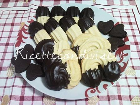 Biscotti-di-pasta-frolla-montata-nel-piatto-di-Teresa-Mastandrea-450x336