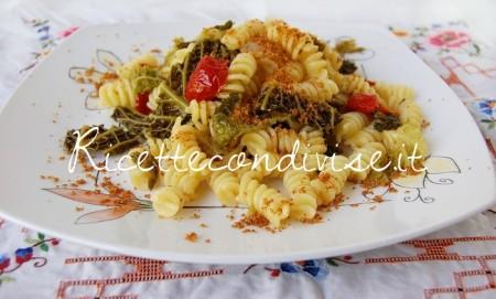 Fusilli-con-verza-pancetta-ciliegini-semisecchi-e-pangrattato-tostato-di-Dany-Ideericette-450x271