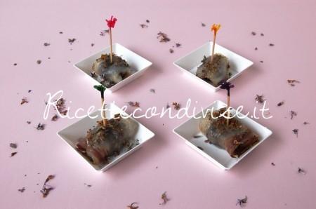 Involtini-di-lardo-e-prugne-con-fiori-di-rosmarino-di-Dany-Ideericette-450x298