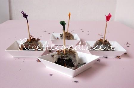 Particolare-involtini-di-lardo-e-prugne-con-fiori-di-rosmarino-di-Dany-Ideericette-450x298