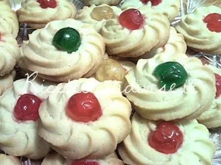 Primo-piano-biscotti-di-pasta-frolla-montata-con-ciliegina-candita-di-Teresa-Mastandrea-450x337