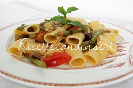 Primo-piano-mezze-maniche-con-melanzane-pomodoro-e-fagiolini-di-Dany-Ideericette-450x298