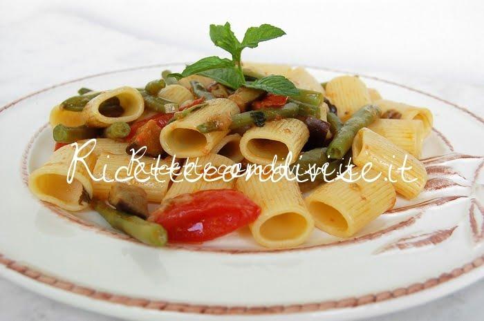 Primo piano mezze maniche con melanzane, pomodorini e fagiolini di Dany - Ideericette