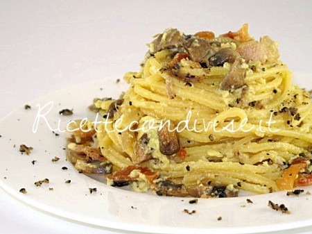 Primo-piano-spaghetti-alla-chitarra-con-carbonara-di-funghi-e-tartufo-estivo-di-Manlio-Midori-450x337