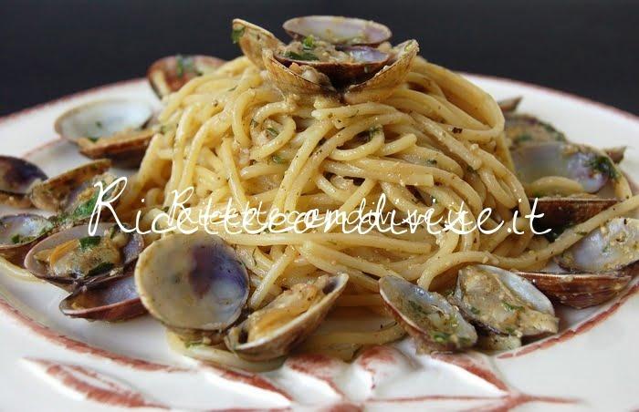 Primo piano spaghetti alle vongole con pesto di basilico e rucola di Dany- Ideericette