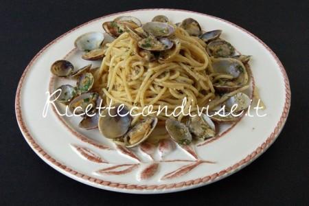 Spaghetti-alle-vongole-con-pesto-di-basilico-e-rucola-di-Dany-Ideericette-450x300
