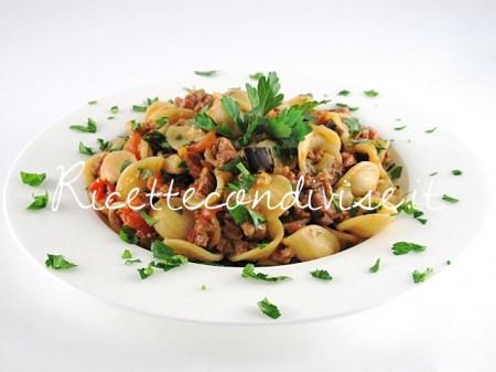 Orecchiette-con-melanzane-salsiccia-e-pomodorini-di-Manlio-Midori-450x337