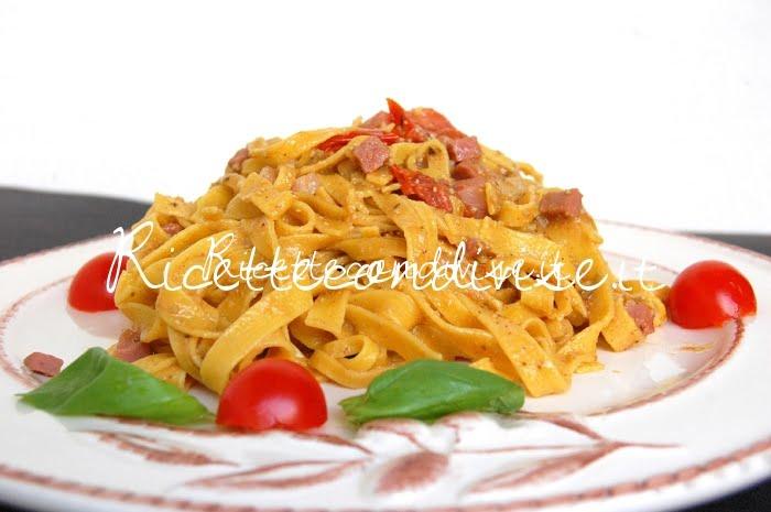 Particolare Tagliatelle con mortadella, pomodorini e pesto basilico e rucola
