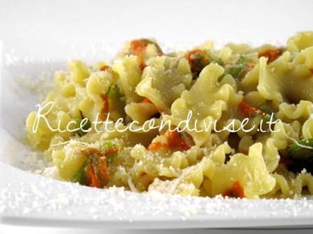 Primo-piano-Mafalde-corte-con-fiori-di-zucca-e-acciughe-di-Manlio-Midori-450x337