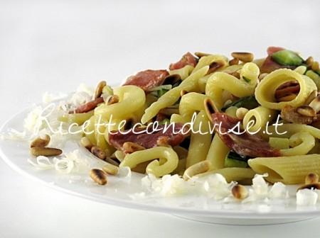 Primo-piano-pasta-mista-con-zucchine-lonzino-e-pinoli-di-Manlio-Midori-450x336