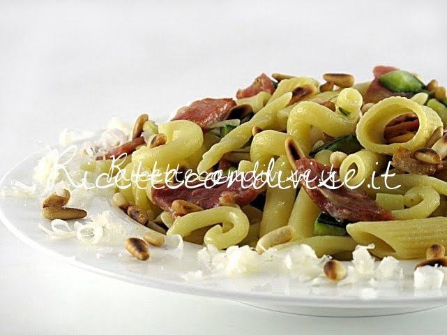 Primo piano pasta mista con zucchine, lonzino e pinoli di Manlio Midori