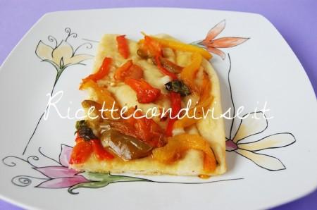 Primo-piano-pizza-bianca-con-i-peperoni-di-Giovanna-450x298