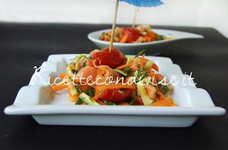 Particolare-insalata-di-salmone-con-carote-zucchine-e-ciliegini-semisecchi-di-Dany-Ideericette-450x297