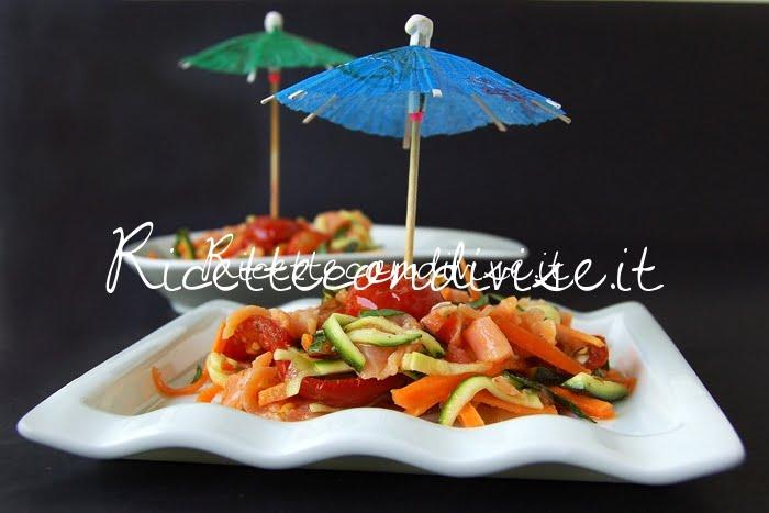 Primo piano insalata di salmone con carote zucchine e ciliegini semisecchi di Dany - Ideericette
