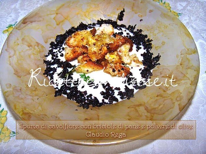 Spuma di cavolfiore con briciole di pane e polvere di olive di Claudio Rega