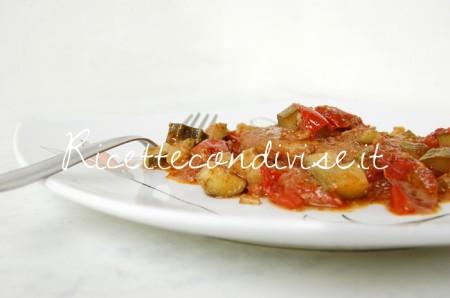Primo-piano-cuori-di-merluzzo-con-zucchine-pomodorini-e-pesto-di-basilico-e-pomodorini-alcubo3-di-Dany-Ideericette-450x298