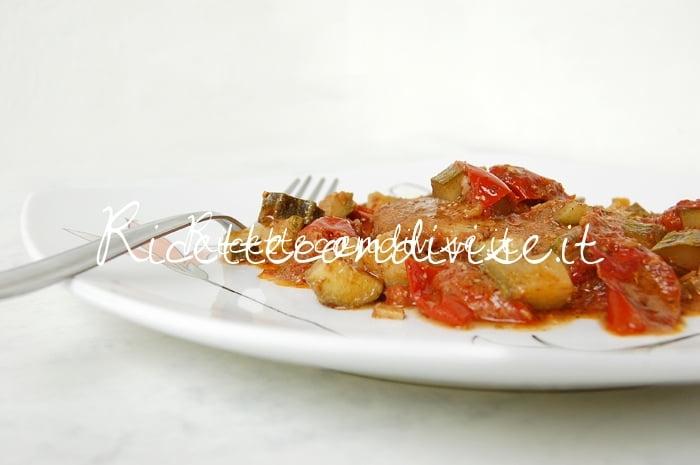Primo piano cuori di merluzzo con zucchine, pomodorini e pesto di basilico e pomodorini alcubo3 di Dany - Ideericette