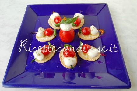 Fior-di-Crackers-con-mini-spiedini-pomodorini-e-mozzarelline-di-Dany-Ideericette-450x298