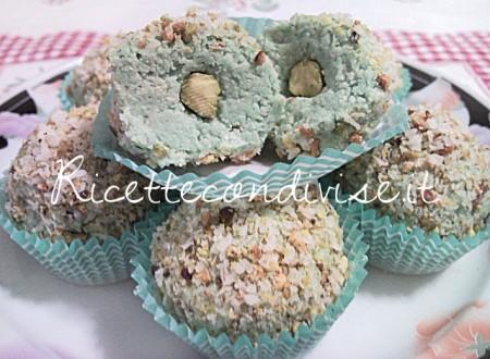 Particolare-Cioccolatini-tipo-Raffaello-garden-al-pistacchio-di-Teresa-Mastandrea-450x330