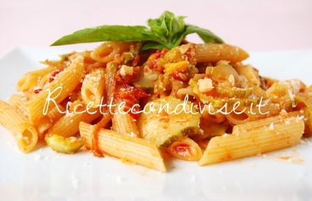 Particolare-penne-con-zucchine-harissa-pomodoro-e-fiori-di-zucca-di-Dany-Ideericette-450x291