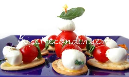 Primo-piano-Fior-di-Crackers-con-mini-spiedini-pomodorini-e-mozzarelline-di-Dany-Ideericette-450x270