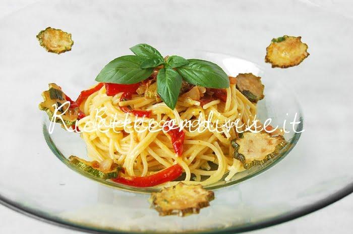 Primo piano Spaghetti alla carbonara di zucchine e peperoni di Giovanna
