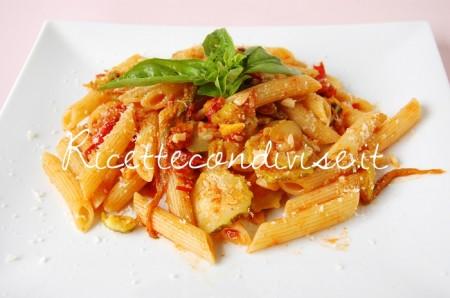 Primo-piano-penne-con-zucchine-harissa-pomodoro-e-fiori-di-zucca-di-Dany-Ideericette-450x298