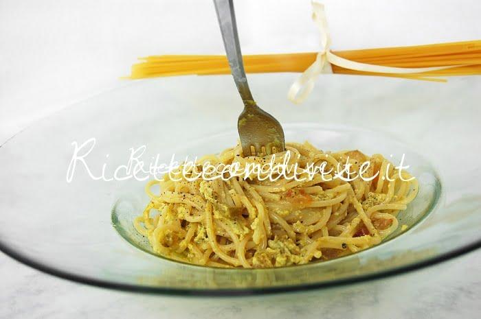 Primo piano spaghetti alla carbonara con crema di asparagi Agromonte di Dany - Ideericette