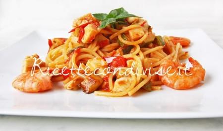 Primo-piano-Spaghetti-con-gamberi-surimi-di-aragosta-zucchine-e-pomodorini-di-Dany-Ideericette-450x264