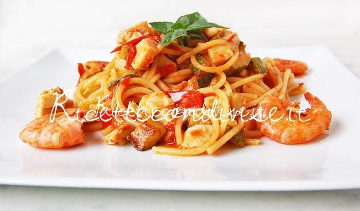 Primo piano Spaghetti con gamberi, surimi di aragosta, zucchine e pomodorini di Dany - Ideericette