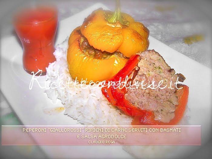 Peperoni giallorossi ripieni di carne serviti con basmati e salsa agrodolce