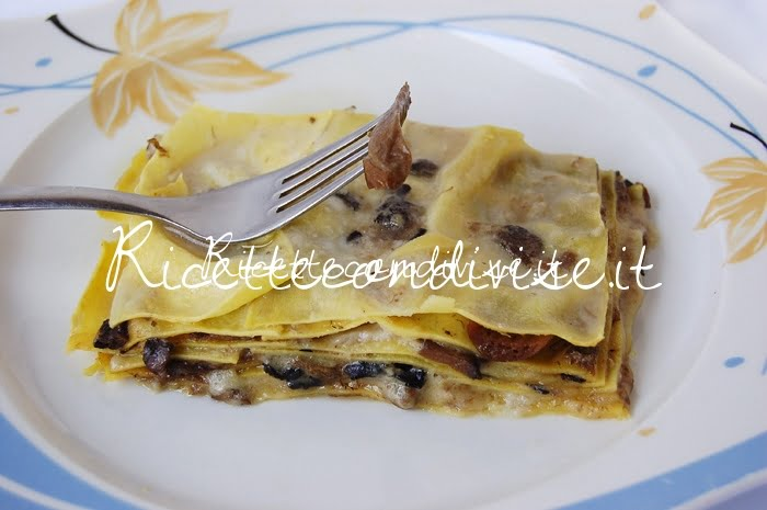 Primo piano lasagne bianche ai funghi porcini