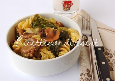 Tortiglie-Napoletane-con-cavolo-verza-funghi-trifolati-e-ultrasalsa-funghi-porcini-e-zafferano-450x319