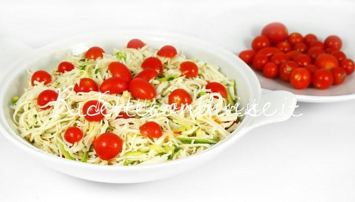 Primo piano insalata di surimi zucchine e pomodorini di Dany - Ideericette