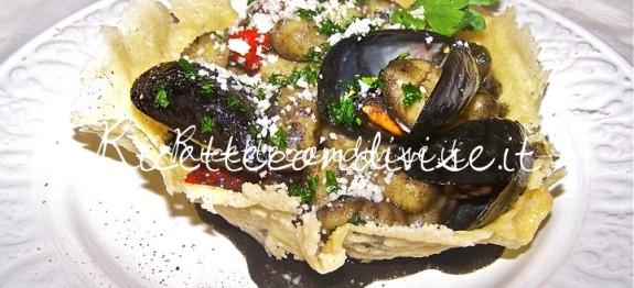 Cestini di grana e pecorino ripieni di gnocchi al nero di seppia, cozze e salsa di pecorino di Claudio Rega