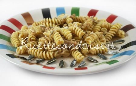 Fusilli-con-salsa-di-noci-e-semi-di-girasole-tostati-di-Dany-Ideericette-450x285