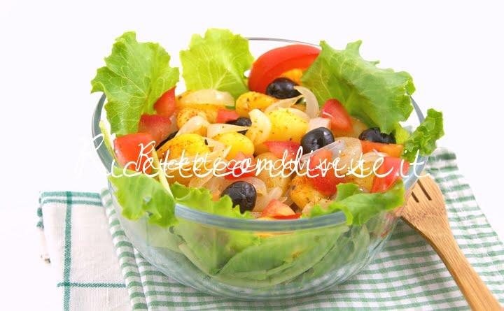 Primo piano Lattughino e pomodoro con patate olive e cipolla di Manlio Midori