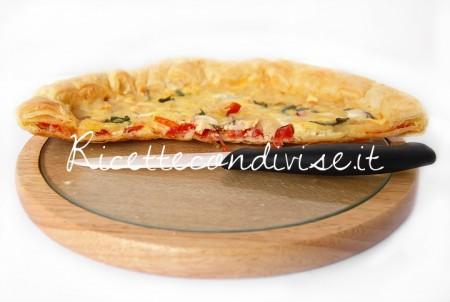 Primo-piano-torta-salata-con-pomodorini-cipolla-ed-emmenthal-di-Dany-Ideericette-450x302