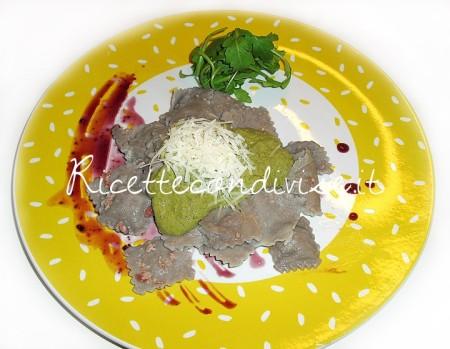 Ricetta Ravioli al sambuco con ripieno di speck e zola, in crema di rucola, noci, e funghi di Maori Bobby Tower