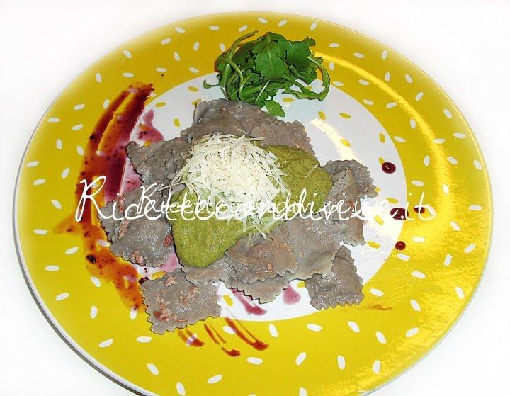 Ravioli al sambuco con ripieno di speck e zola, in crema di rucola, noci, e funghi di Maori Bobby Tower