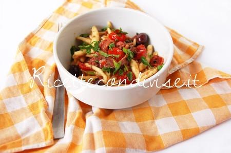 Cavatelli-con-pinoli-alici-olive-nere-e-ciliegini-semisecchi-Agromonte-di-Dany-Ideericette-450x299