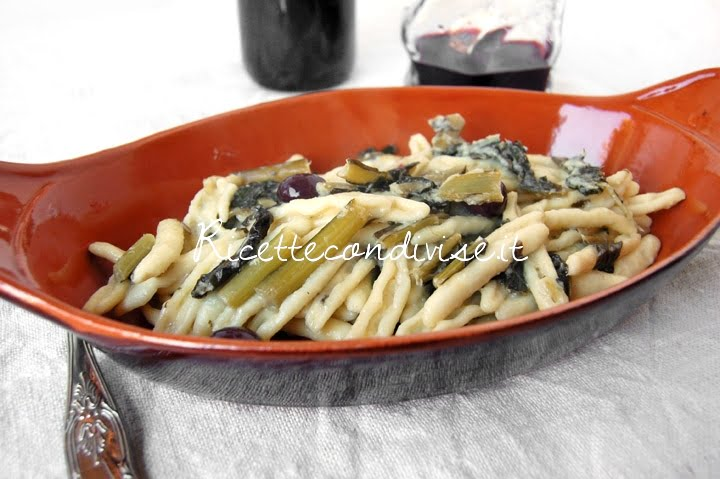 Particolare Cavatelli pugliesi con cicoria, olive e pane & pasta di carciofi siciliani Agromonte