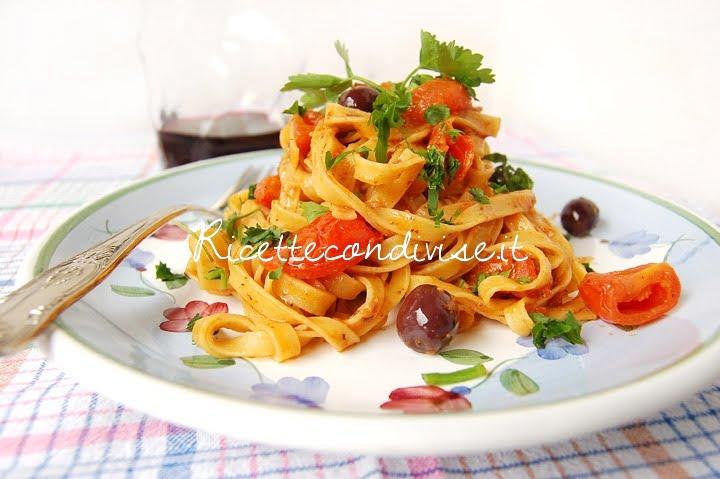 Particolare Tagliatelle con olive pomodorini e ultrasalsa al cubo3 peperoncino capperi e pomodorini di Dany - Ideericette
